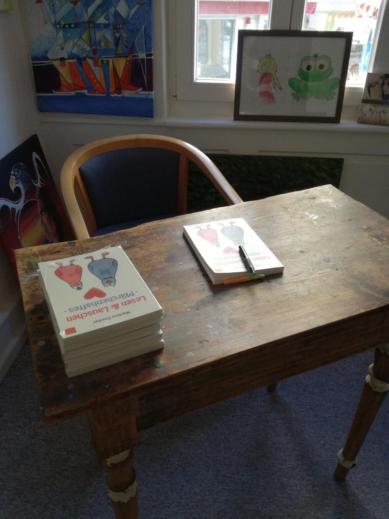BeraTina - Lesung am Schreibtisch mit gut präsentierten Büchern Martina Decker