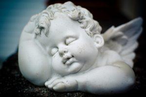 Schlafender Engel aus der BeraTina Weihnachtsgeschichte in Leichter Sprache